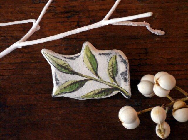 陶器ブローチ-青ナンテンの下絵付けの画像1枚目