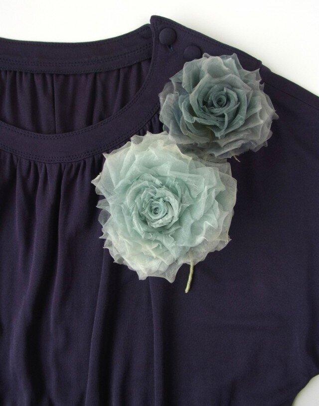水色グレーの巻き薔薇 * シルクオーガンジー製 *コサージュの画像1枚目