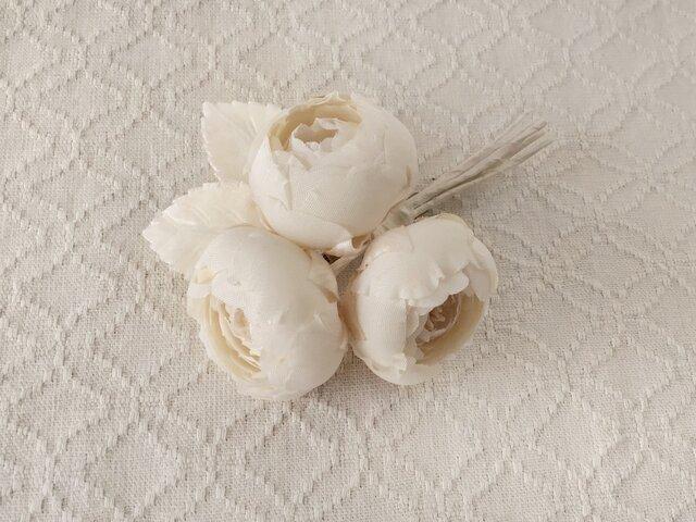 染め花のバラコサージュ(3輪・オフホワイト)の画像1枚目