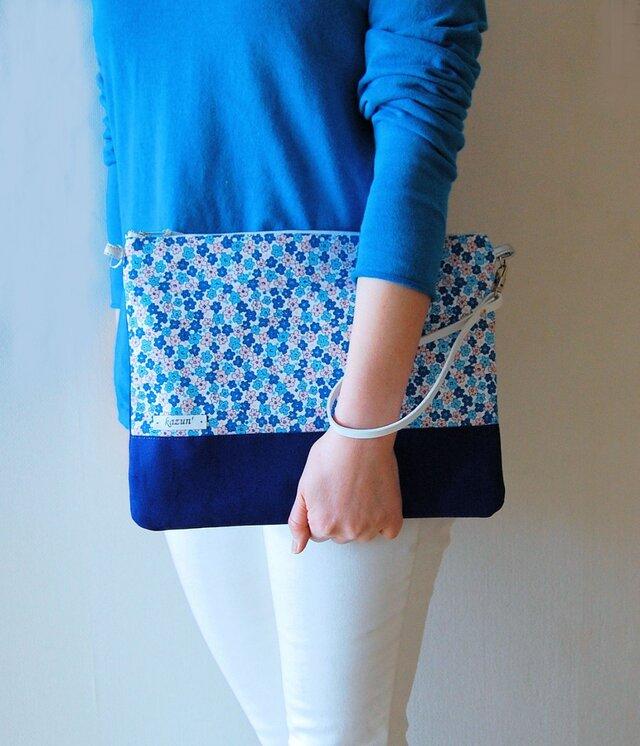 表/裏2デザイン・クラッチバッグ(青系小花柄&濃青の帆布無地)の画像1枚目
