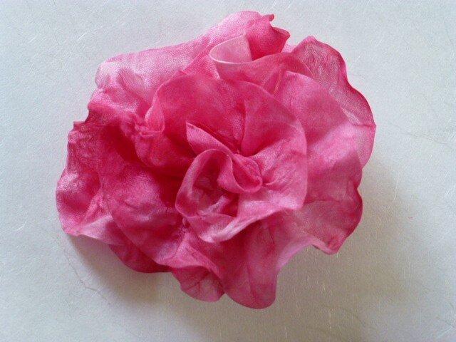 濃いピンクのむら染めブローチの画像1枚目