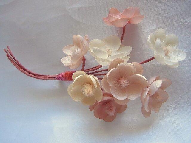淡いピンクの梅小花コサージュの画像1枚目