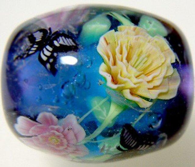 とんぼ玉 ピンクと黄色のつるバラとアゲハチョウの画像1枚目