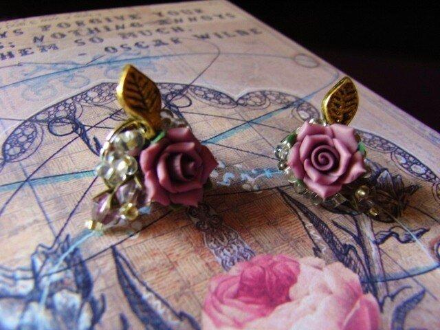 薔薇とスワロフスキーのつぼみの花束ピアスの画像1枚目