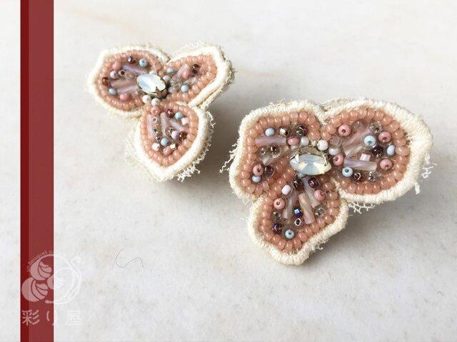 【耳飾り】花レースの耳飾り~薄桃の花(イヤリング)の画像1枚目