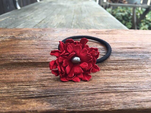 革花のヘアゴム Mサイズ(黒パール) 赤の画像1枚目
