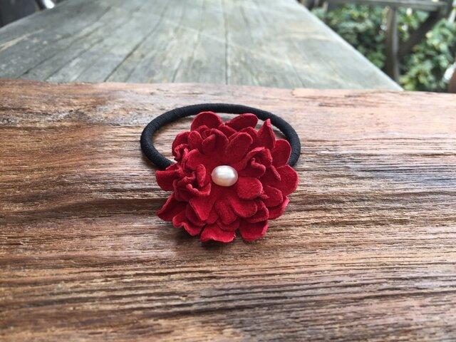 革花のヘアゴム Mサイズ(白パール) 赤の画像1枚目