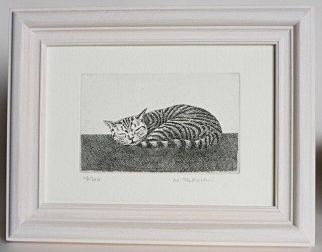お昼寝の猫 / 銅版画 (額あり)の画像1枚目
