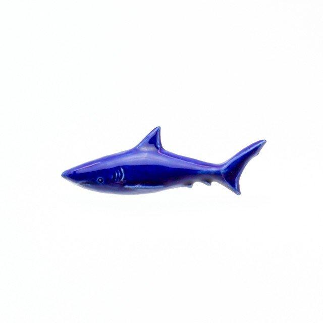 陶器ブローチ サメ(コバルト)の画像1枚目