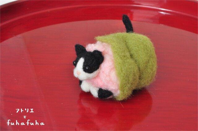 羊毛フェルトの桜餅にゃんこ 黒白猫の画像1枚目