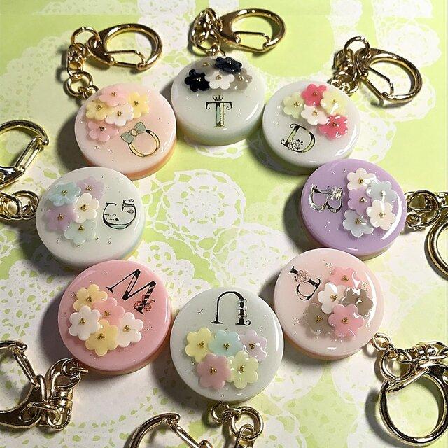 選べる8種類♪イニシャル入り☆flowerブーケケーキのキーホルダーの画像1枚目
