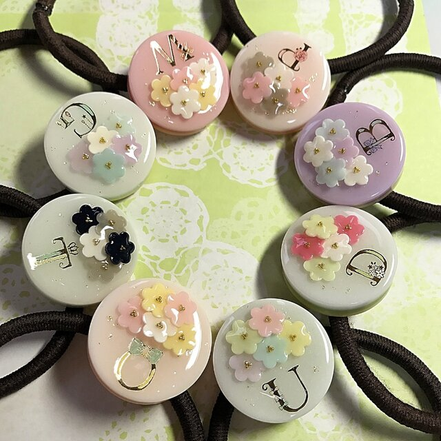 選べる8種類♪イニシャル入り☆flowerブーケケーキのヘアゴムの画像1枚目