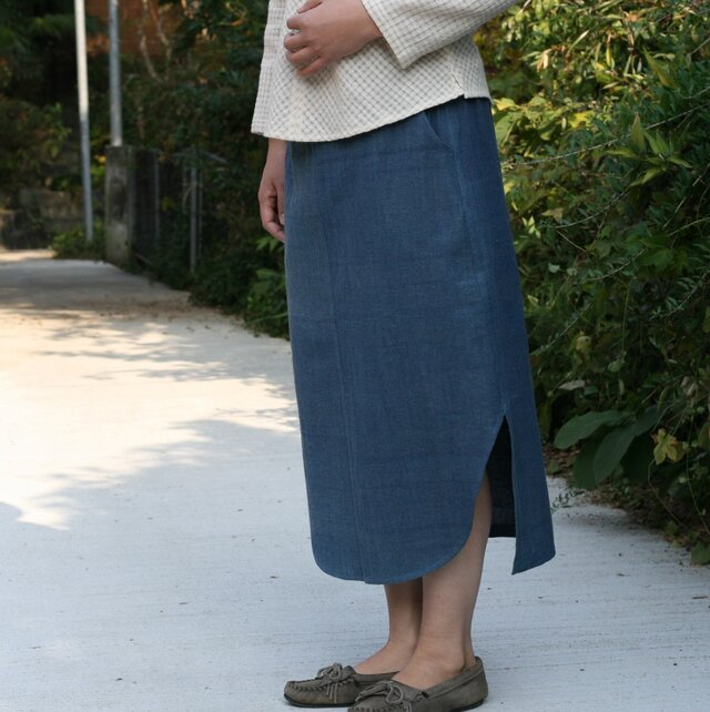 裾がカーブになったインディゴ・スカートの画像1枚目