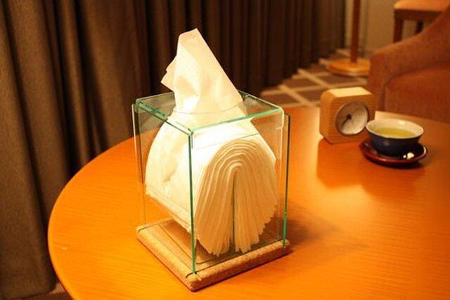 高級感のあるコルクとアクリルの透明クリスタル縦型ティッシュボックスの画像1枚目