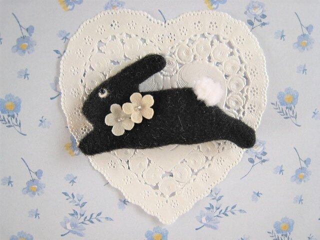 お花を付けたかわいい黒うさぎのブローチの画像1枚目