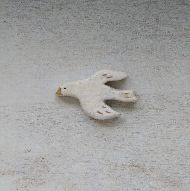 空の白い鳥のブローチの画像1枚目