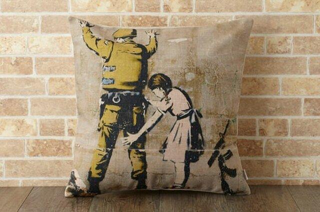 クッションカバー 45×45cm Banksy ペイント ガールインスペクション jubileecushionba006の画像1枚目