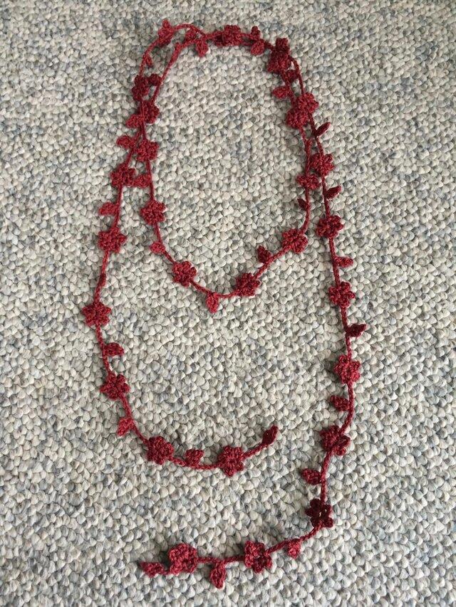 夏糸のラリエット 葉と小花 えんじの画像1枚目