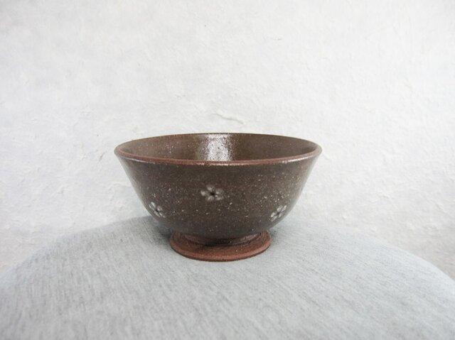 陶器ご飯茶碗(やや大)赤土・白梅紋の画像1枚目