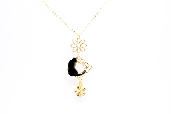 春 桜 黒猫のゴールドネックレスの画像1枚目