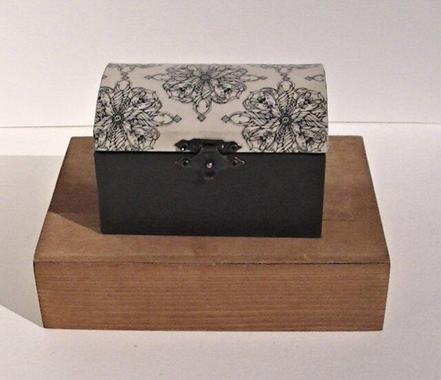 <紙の箱>宝箱型アクセサリーボックスアラベスク柄の画像1枚目