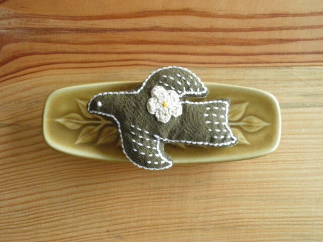 鳥さんブローチ カーキ、お花ベージュの画像1枚目