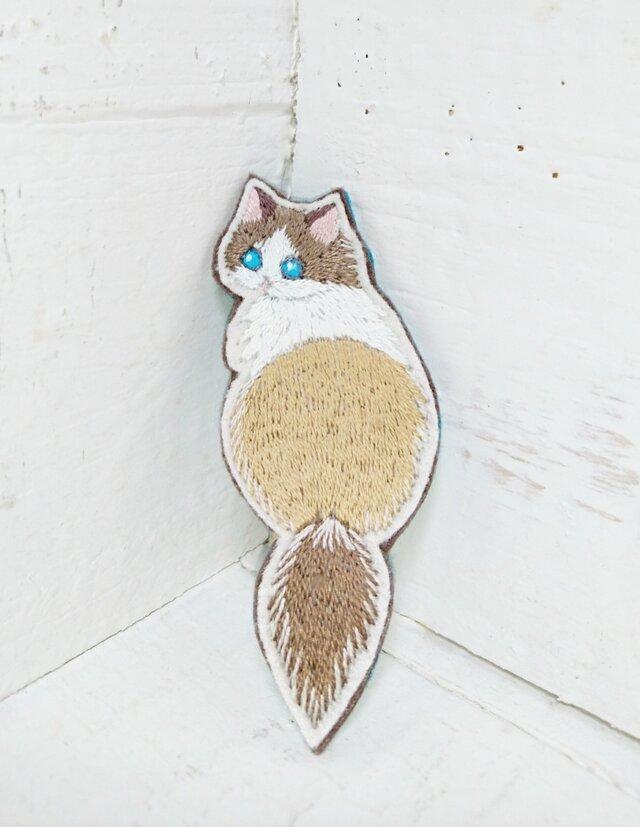 振り返る猫ちゃん*刺繍ブローチの画像1枚目