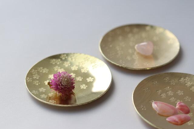 真鍮の桜豆皿の画像1枚目