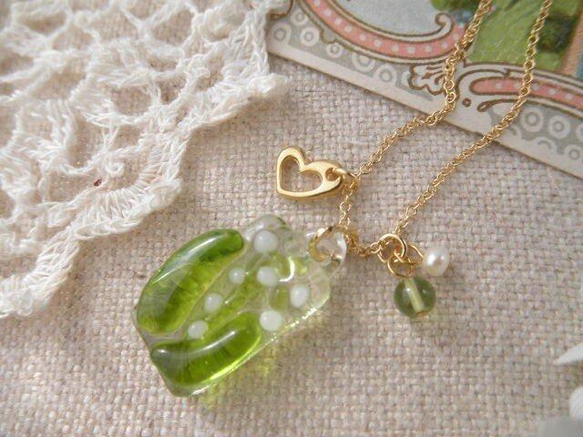 (受注制作)ガラスのちいさなスズランとペリドット、淡水パールのネックレスの画像1枚目