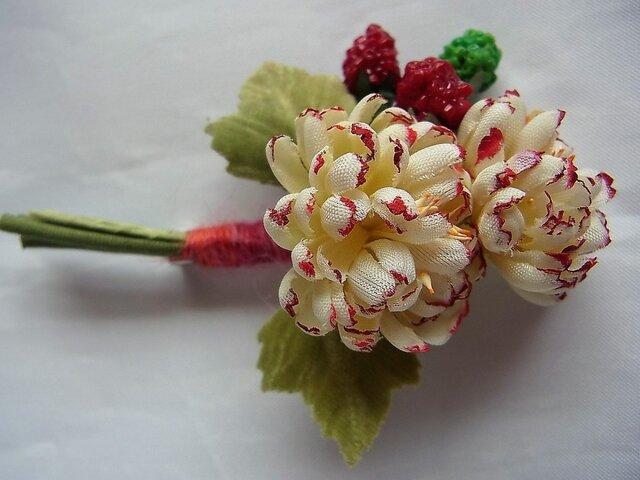 キッズ用 小菊といちごのコサージュ(赤系)の画像1枚目