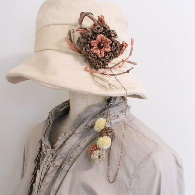 帽子が風で飛ばされないように。帽子のアクセサリーの様なコサージュとハットクリップ一体型【PL1235-Orange】の画像1枚目
