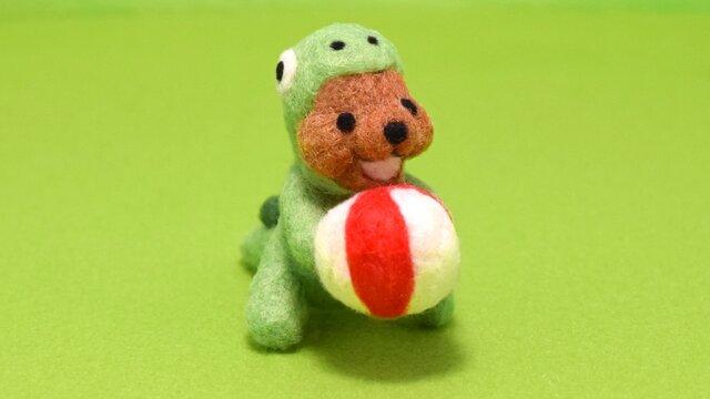 ボールに夢中なクマノザウルスの画像1枚目