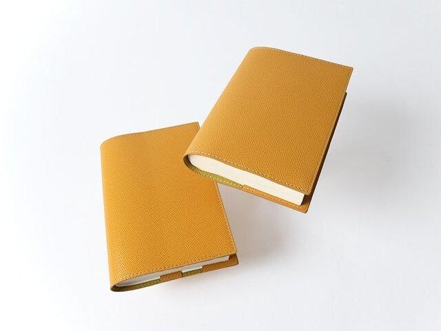 - 文庫本 - ドイツ製牛革のブックカバー - イエロー -:カレン クオイルの画像1枚目