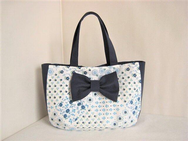かわいいリボンを付けたブルーの花柄バッグの画像1枚目