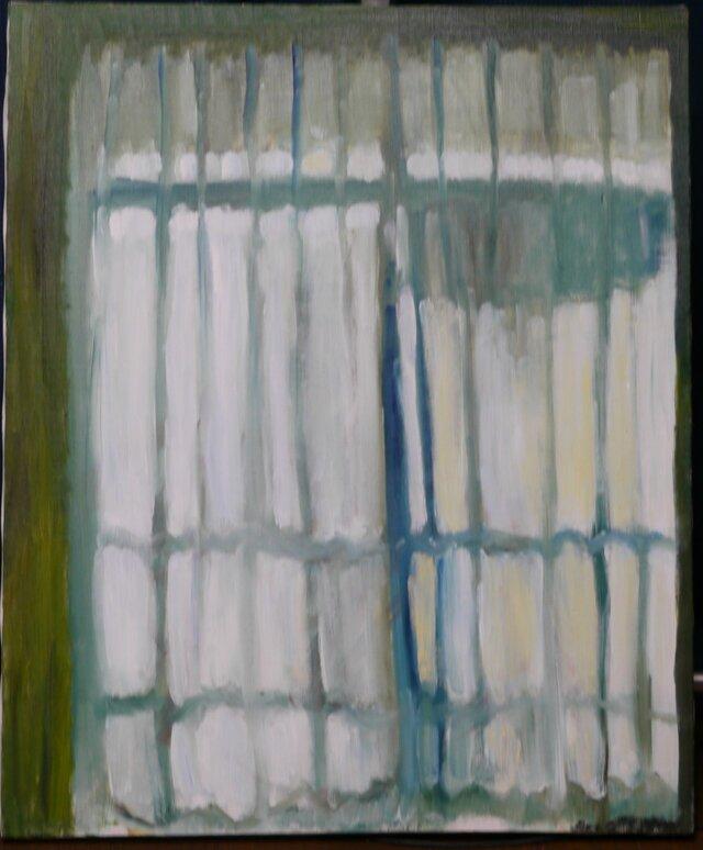 サッシと洗濯物の影が透けて見えるカーテンの画像1枚目