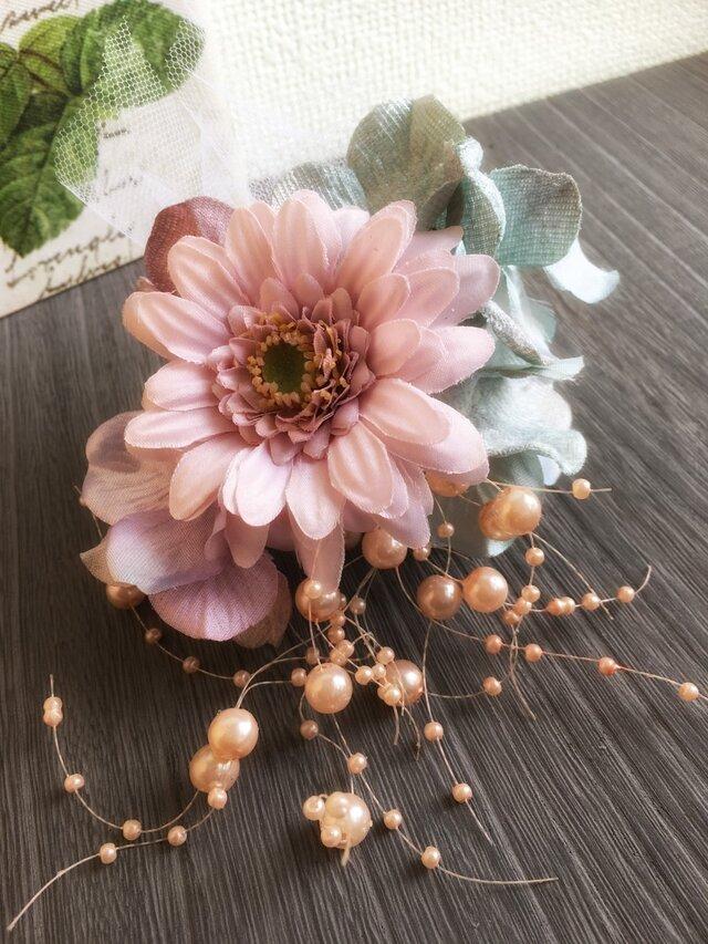 ガーベラのピンクなコサージュ【造花】入・卒業式の画像1枚目