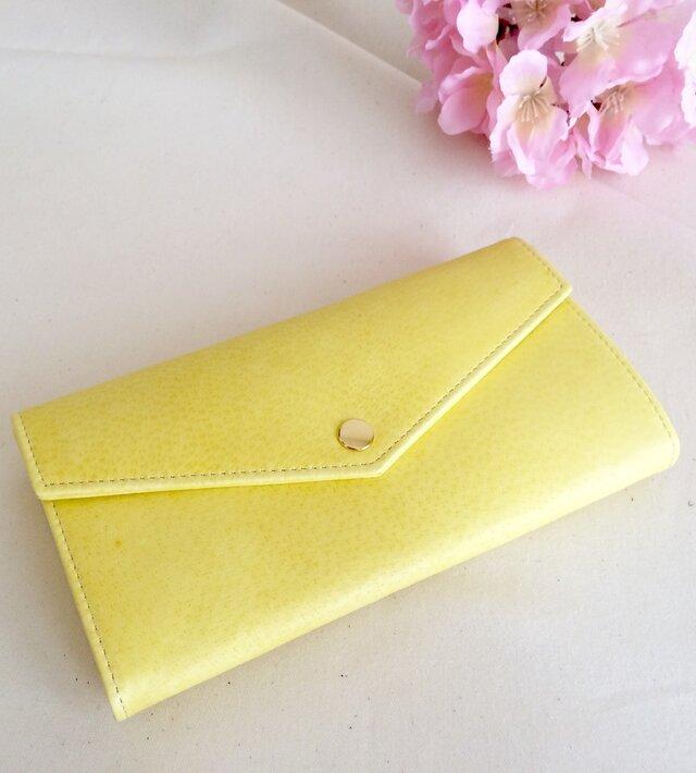 淡い黄色の長財布の画像1枚目