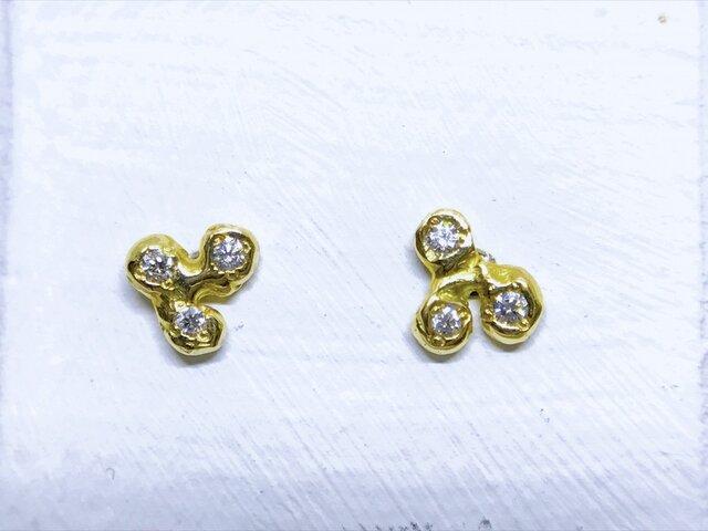 ◆K18◆ 3粒のダイヤのピアスの画像1枚目