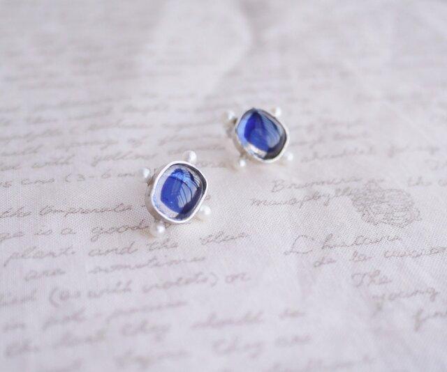淡水真珠の付いた藍色のガラス・シルバーピアスの画像1枚目
