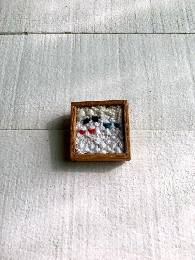 木と裂き織りのブローチ 小12の画像1枚目