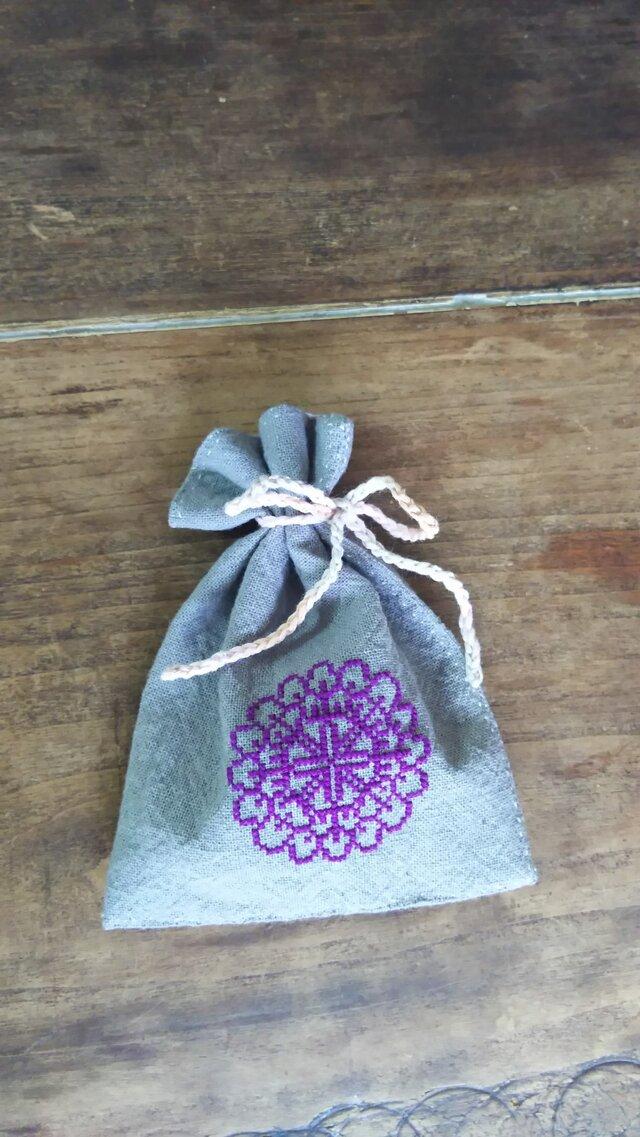 グレーのリネンのポプリサシェ・紫色刺繍・クロスステッチ/ウクライナ・刺繍の画像1枚目