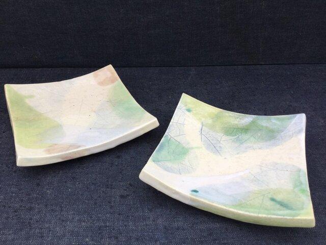 木の葉地のスクエア皿(シロモジと黄緑)の画像1枚目