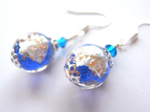 銀箔と金箔を閉じ込めたようなブルーの和風ピアスの画像1枚目