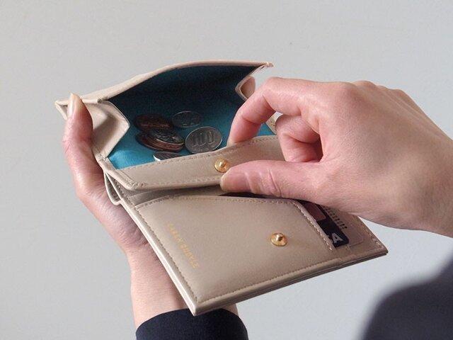 小銭が取り出しやすい!二つ折り財布 - Short Wallet - ベージュ - :カレン クオイルの画像1枚目