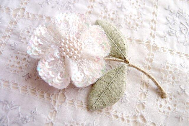 一輪の白い お花のブローチの画像1枚目