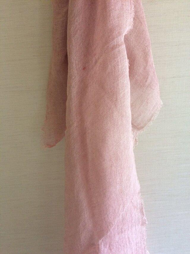 草木染め染めリネンガーゼストール(茜、薄めのピンク色)の画像1枚目