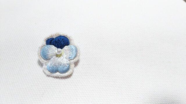 紺と水色の艶やかなビオラのブローチの画像1枚目
