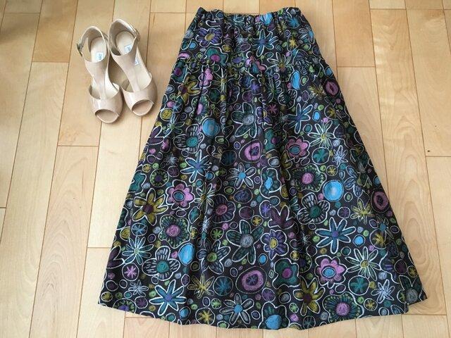 SALE白縁取りカラフル花デザイン黒地ロングスカート(お揃いシュシュ付き)の画像1枚目