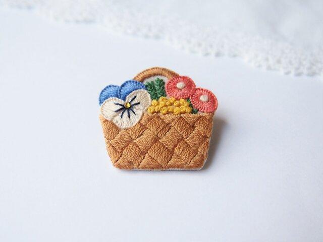 [受注制作]花かごの刺繍ブローチの画像1枚目