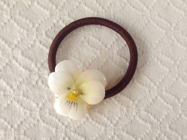 染め花を樹脂加工したビオラのヘアゴム(ホワイト)の画像1枚目